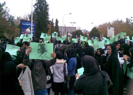 عکسهای سبز خمینی در دست دانشجویان